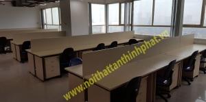 Hình ảnh lắp đặt ghế xoay văn phòng và modul bàn làm việc nhân viên có vách ngăn – CT2